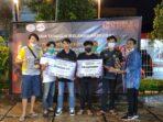 2. Ketua Panitia Penyelenggara Turnamen Mobile Legends menyerahkan hadiah, tropi dan piagam penghargaan kepada tim Rakyat Djelata, di Duas Coffee, Padang, Sumatera Barat dalam acara puncak Hari Anti Narkoba Internasional (HANI) 2021, Sabtu (26/6/2021).