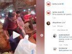Viral di media sosial sosok pria yang mirip dengan komedian Sule sedang berada di pasar membongkar karung berisi bawang merah.
