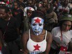 Sejumlah warga Papua mengecat wajah dengan gambar bendera negara Papua Barat. (Foto: Dok. Net)